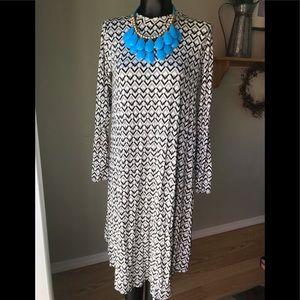 💧NWOT Large black/cream/gray patterned midi💧
